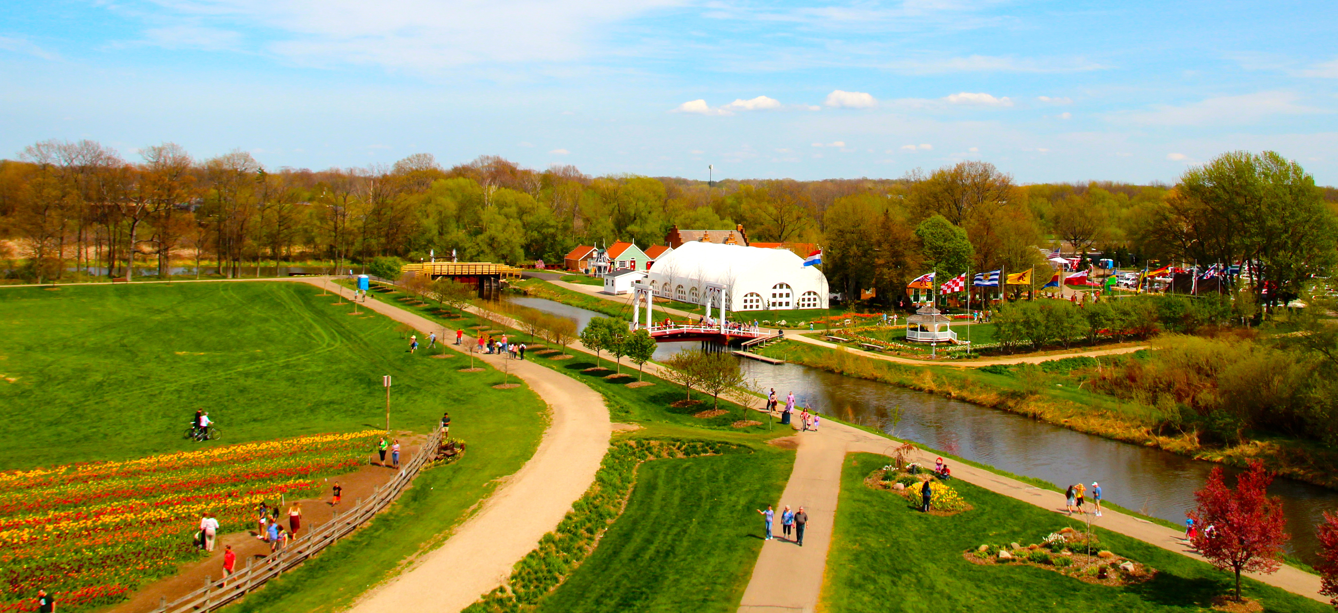 Windmill island gardens tulip time festival pictures of for Tiny house holland michigan