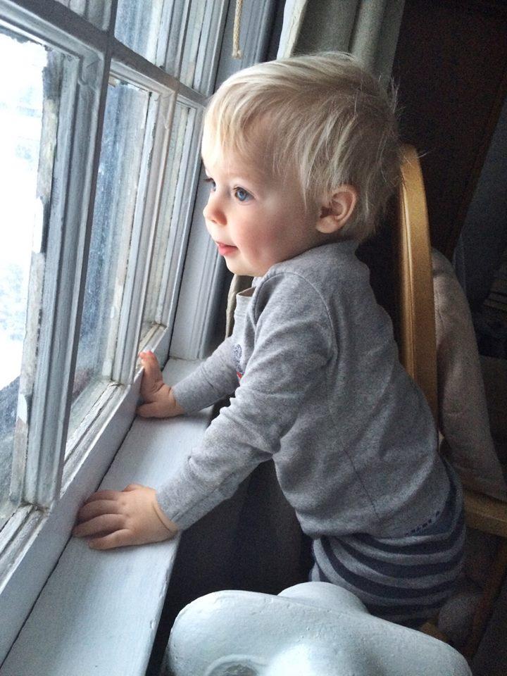 Child awaiting NY storm Juno