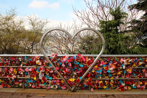 Lockets and promises at Yongdusan Park