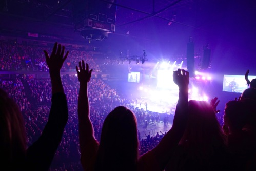 Hillsong Outcry Praising God!