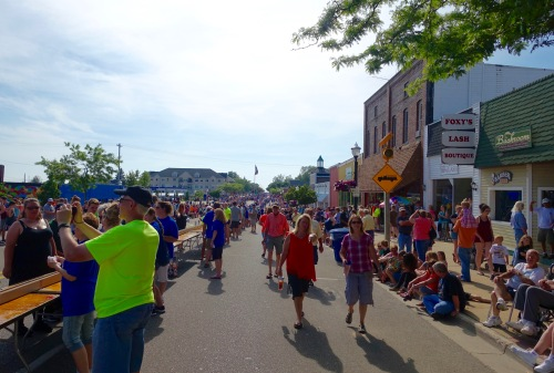Tourists waiting at Ludington's World's Largest Sundae Attempt