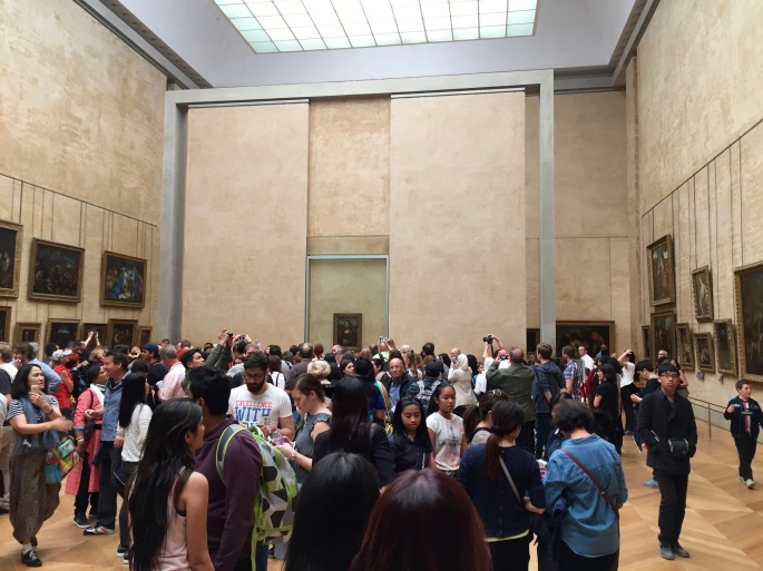 crowd-in-front-of-mona-lisa-louvre