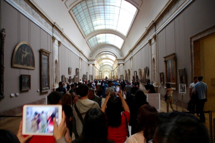 crowds-in-the-louvre