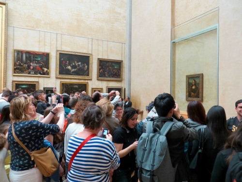 crowds-photographing-mona-lisa-at-the-louvre
