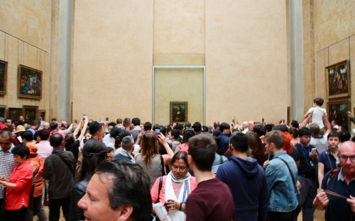 crowds-viewing-the-mona-lisa-at-the-louvre