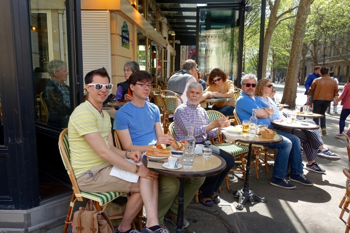 enjoying-lunch-at-cafe-brasserie-les-deux-palais-paris