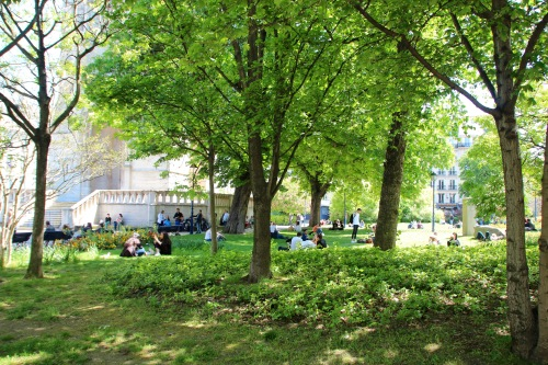 picnicking-in-the-park-paris-srping