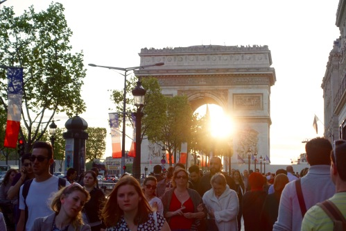 sun-setting-through-arc-de-triomphe-de-letoile-paris