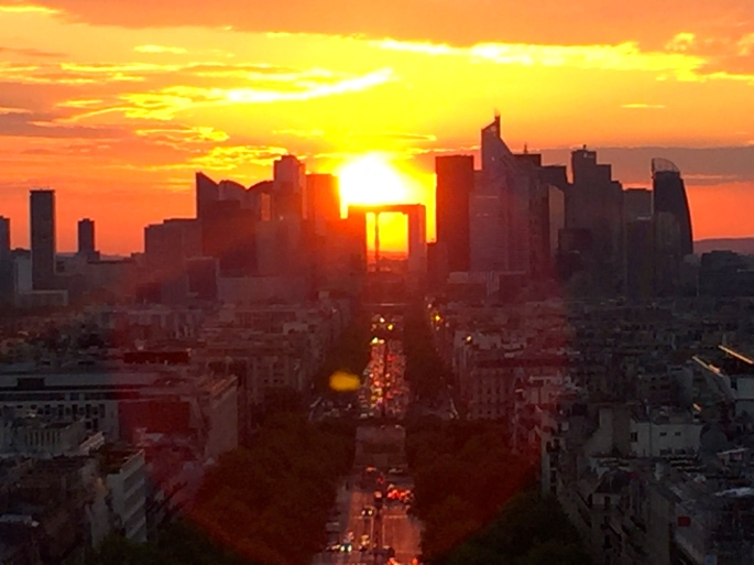 sunset-behind-grande-arche-de-la-defense