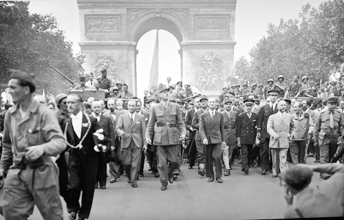 triumphal-entry-through-arc-de-triomphe-after-world-war-2