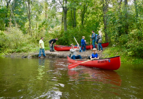 launching-canoes-on-the-rogue-river