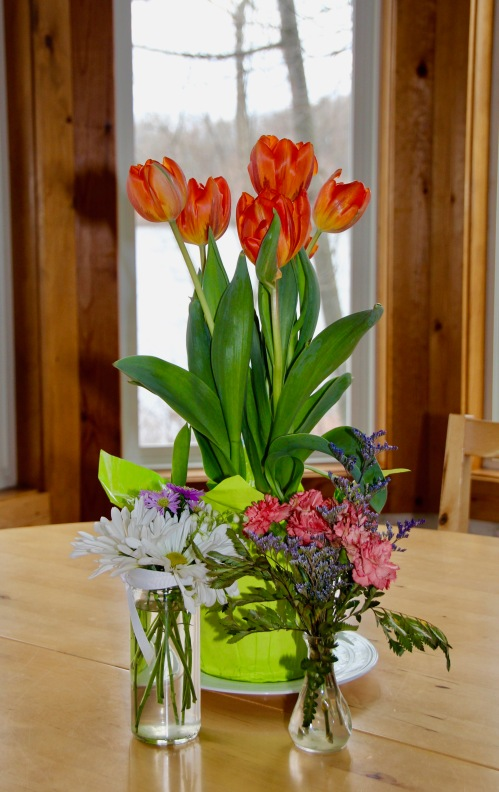 srping-bouquet-on-table