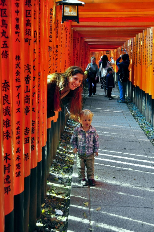 fushimi-inari-shrine-%e4%bc%8f%e8%a6%8b%e7%a8%b2%e8%8d%b7%e5%a4%a7%e7%a4%be-fushimi-inari-taisha-kyoto-japan-mother-and-small-son