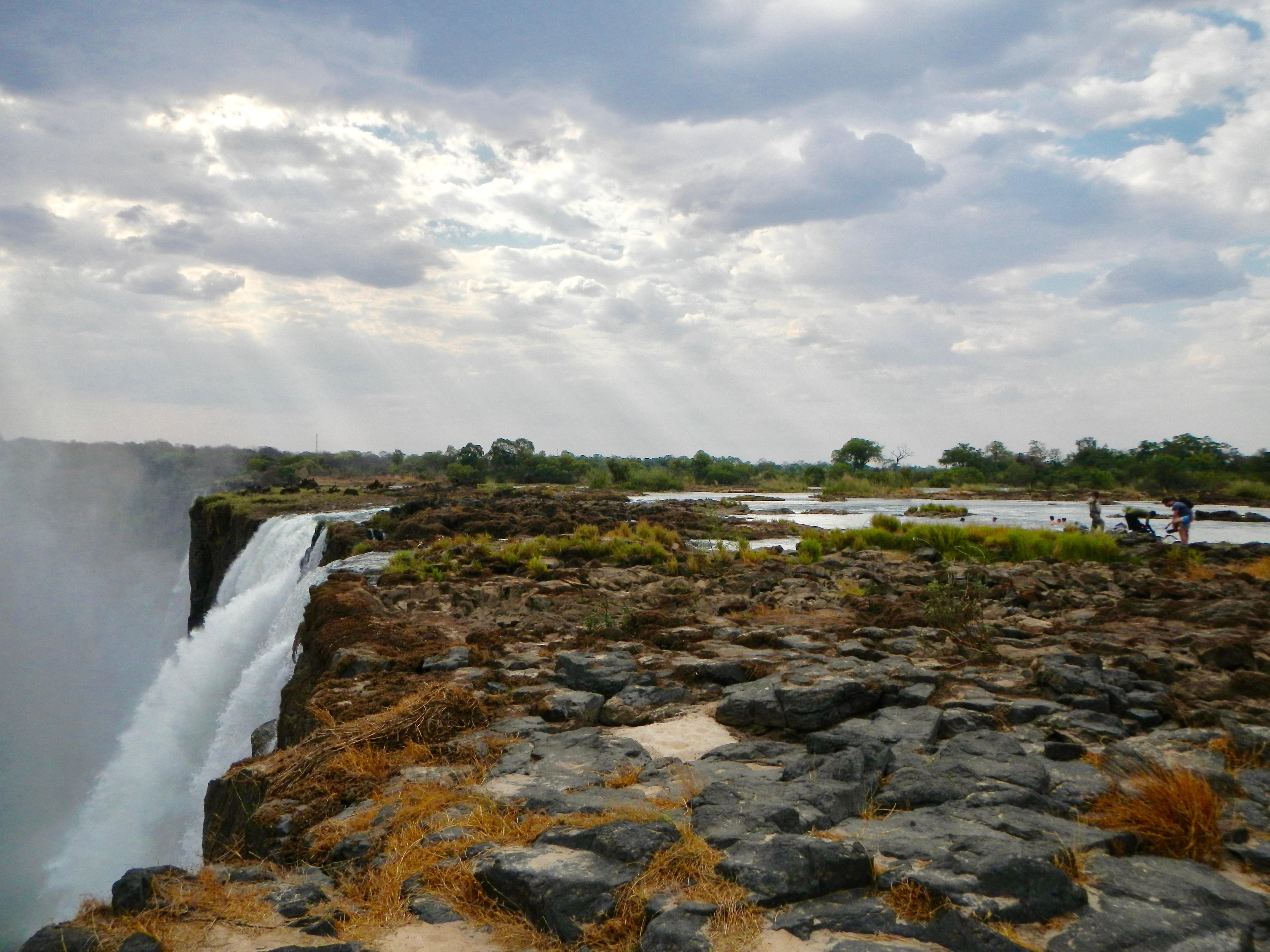 rocky-path-to-the-devils-pool-victoria-falls