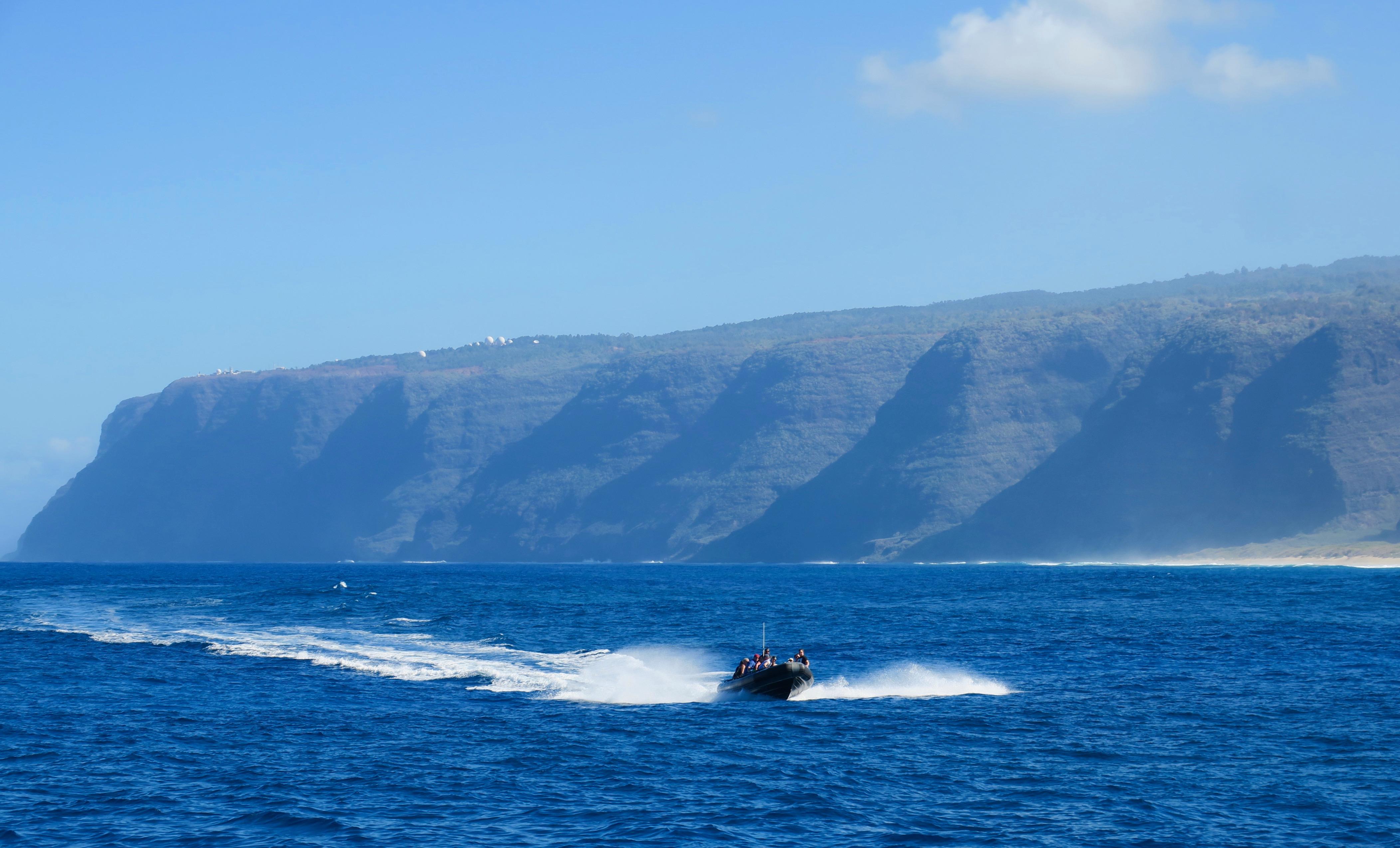 adventure-boat-plying-waters-along-na-pali-coast