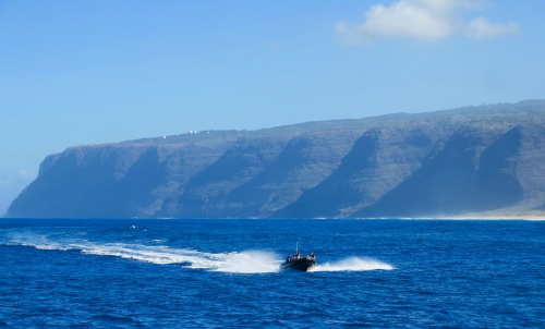 adventure-boat-plying-waters-along-na-pali-coast