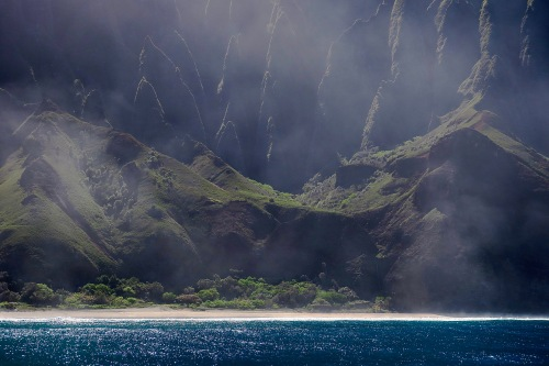 closeup-of-jagged-mountains-behind-beach-on-napali-coast-hawaii