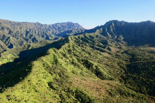 rugged-mountain-peaks-in-kauai