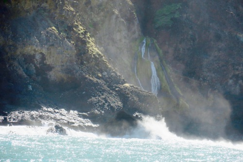 waterfall-cascading-down-napali-coast-hawaii