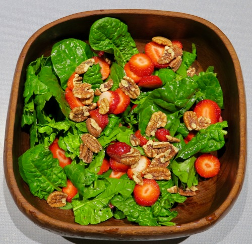 spinach-salad-with-strawberries-and-pecans
