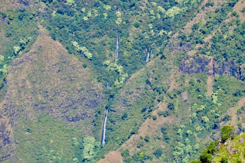 waterfalls-streaming-down-mountainside-in-kauai-as-seen-from-kalalau-lookout